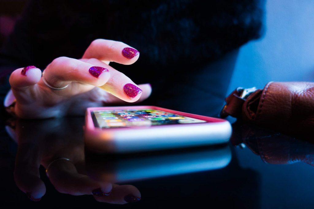 come tenere sotto controllo il cellulare del marito